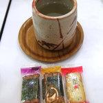 喫茶室ルノアール - オールドルノアール名物「昆布茶(おかき付き)」、680円っ!!