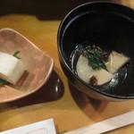 あぶりや食堂 - つき出しは、鯛の棒寿司とタケノコと里芋の煮もの