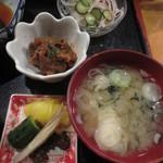 あぶりや食堂 - 一品は、牛肉の味噌炒め、他に゜サラダ、味噌汁、漬物、ご飯が付いてきます。