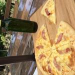 カレークラブ 亜詩麻 - ガーリックベースのソーセージピザ