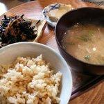 base cafe - 玄米ごはんとお味噌汁(番茶ポット付) 630円 + ヒジキ(生姜味)