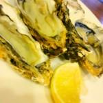 パパマンマ - 【要予約です】シンプルだけどしみじみウマい、岩牡蠣にレモンとオリーブオイルに塩! 夏は岩牡蠣ですねー♪シンプルだけどバランスいいのでするする入ります♪