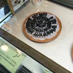 富良野チーズ工房 - 試食のセピア。   イカスミが入ったチーズですがクセもなく食べやすい!