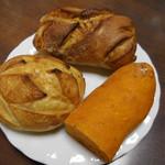53009473 - (左から時計回りに)さつまいも、いちじくのパン、トマト