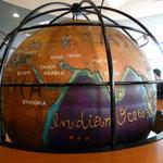 カフェ・ベローチェ - 店内真ん中のテーブルにある地球儀