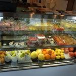 5301706 - ショーウィンドーに並ぶ果物