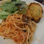 フルーツカフェ TOO BOO - トマトソースのパスタ、サラダ、ガーリックトースト