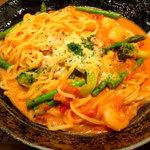 元祖 壁の穴 - 海老とアスパラのトマトクリームスパゲティ1050円