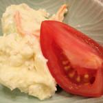 惣菜かざま - ポテサラにプラストマト