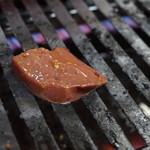 焼肉 たつみ - きもを焼いているところ
