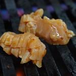 焼肉 たつみ - ミノを焼いているところ
