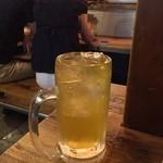 東灯 - ラブラブカップル背景からの緑茶ハイ380円(税別)は焼酎薄め