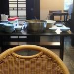 三平 - 真ん中のテーブルに総菜とカレーが置いてあります。 2016.6