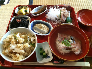 鯛メシ専門 鯛や - 鯛飯を混ぜてお茶碗によそいました。伝統的なこの地域のご馳走って感じです。