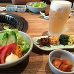 備長炭火焼肉 青磁 - 料理写真:サラダ、大根キムチ、ナムル、エビスビール
