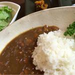 53038781 - 牛モツカレー・サラダ付 1,050円