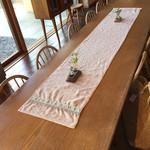 53039457 - 大テーブルの端に座りました。
