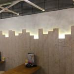 野毛飲み集会所 陣 - 壁の照明が粋ですね〜。