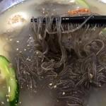 板橋冷麺 - 黒くて細く、コシが強い麺!