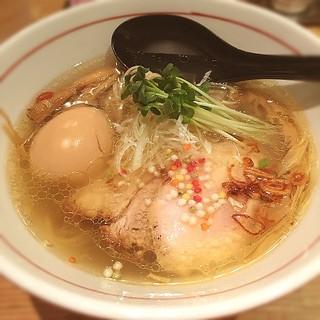 地球の中華そば - 横浜市中区「地球の中華そば」にて塩そば! 素材の旨みをじわじわとでも確かに感じるスープの旨み! しっとり麺もこのスープに完璧! スープの旨味って麺を啜った時に感じる旨みが大切だよなって、改めて感じるいっぱいでした!