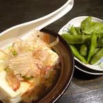 大阪ミナミのたこいち - 生ビールセット(990円)の湯豆腐と枝豆