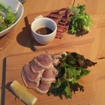 cafe&bar ADI - 豪州牛のローストビーフ~和風おろしソース~ 産若鶏のガーリックローストチキン