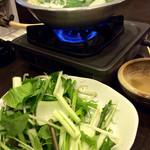 草鍋えんや - 一人鍋の場合は、半分ずつぐらい入れるのがいい。