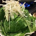 草鍋えんや - 時期によって草(葉物野菜)の組み合わせ(5〜6種類)が異なる。