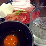 草鍋えんや - 草を食べきったら肉三種と豆腐が出てくる。しゃぶってからタレにつけると、すき焼き風味になる。