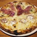 ピッツェリア トレンタノーヴェ - パンチェッタとレモンリコッタチーズのピッツァと生ハムとキノコのジェノバソースピッツァのハーフアンドハーフ