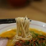 地球の中華そば - 黒い点々が見える自家製麺が最高に美味い