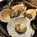 貝グリル&ワイン 東京シェルモアナ - いろんな貝の白ワイン蒸し