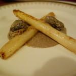 シャテール - ホワイトアスパラのソテー モリーユ茸のソース