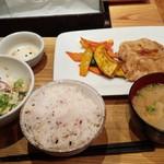 53058857 - 生姜焼きと季節野菜のごはん(左手サラダは食べかけ)