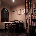 ファミリア - 一番入り口側のテーブル席。ここが唯一の4人テーブル