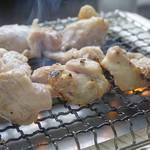 ドライブイン鳥 - 焼鳥と言っても、串ではなく、焼肉のようにセルフで網で焼いて頂くものです。