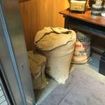 53063516 - 入口に麻袋のなかに、ホンモノっぽい珈琲豆を入れて置いてありました。店の雰囲気作りのためということだとは思うのですが。。