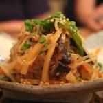 53064672 - この山盛りの「お通し」                       タイ料理のヤムウンセンの様な感じで美味い!