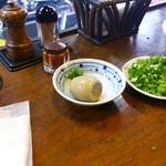 麺鮮醤油房 周一 - トッピングの味玉 100円、ネギ 100円