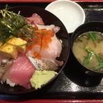 魚旬 - 魚屋の海鮮丼(みそ汁付)