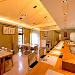すし屋のかつ勘 - 本格的な寿司カウンター
