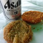 ししや - 猪肉メンチカツ(手前)(200円)と猪肉コロッケ(奥)(150円)と缶ビール(350円)