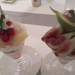 53074935 - (左)桃とさくらんぼのパフェ、(右)いちじくのパフェ