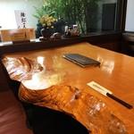 国分寺そば - 一枚板の立派なテーブル