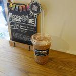 バン コーヒー バイロン ベイ - 「チョコクランチカフェフラッペ」は、ホイップクリームに、オーガニックココア、エスプレッソ、クランチチョコレート、クラッシュアイスが入ったフラペチーノ的ドリンクです。