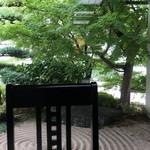ひつまぶし 備長 - 店内から見た外の庭
