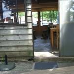 いちぼう茶屋 - テラス席から店内を見る