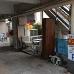 ボンベイ・インディアン・ダイニング - 店舗の1階が駐車場で喫煙コーナーがあります。