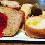 53087466 - パン食べ放題。チーズフォカッチャもあるよ。