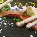 53087519 - サーモンマリネの炙り、ロメインのサラダ、小夏